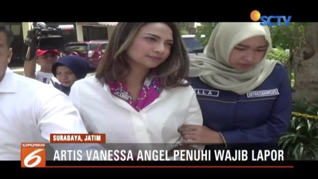 Sempat terciduk di Surabaya terkait prostitusi online, artis VA penuhi wajib lapor Polda Jawa Timur didampingi tim kuasa hukum.