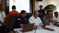 Dir Siber Bareskrim Polri menghadirkan tersangka berinisial BBP saat Rilis berita hoaks 7 kontainer surat suara tercoblos di Mabes Polri, Jakarta, Rabu (9/1). BBP ditangkap di Sragen, Jawa Tengah pada tanggal 7 Januari 2019 lalu. (Merdeka.com/Imam Buhori)