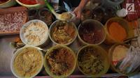 Pedagang mengambil bumbu di Pasar Kebayoran Lama, Jakarta, Selasa (3/4).Badan Pusat Statistik mencatat inflasi Bulan Maret 2018 sebesar 0,20 persen sehingga inflasi tahun kalender mencapai 0,99 persen (year to date). (Liputan6.com/Angga Yuniar)