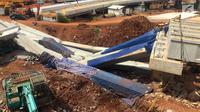 Girder proyek pembangunan Jalan Tol Depok-Antasar menimpa truk proyek, di Jalan TB Simatupang, Jakarta, Selasa (2/1). Girder ambruk diduga tersenggol alat berat yang berada di lokasi pembangunan. (Liputan6.com/Immanuel Antonius)