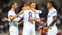 Para pemain Chelsea merayakan gol yang dicetak Ross Barkley ke gawang Barcelona pada laga pramusim di Stadion Saitama, Jepang, Selasa (23/7). Chelsea menang 2-0 atas Barcelona. (AFP/Charly Triballeau)