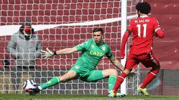 Mohamed Salah membuang peluang emas pada menit ke-13. Dia sudah dalam posisi leluasa mencetak gol. Namun, sepakan pemain asal Mesir itu masih lebar dari gawang Aston Villa. (Foto: AFP/Pool/Martin Rickett)