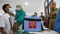 Gubernur Ganjar Pranowo mengawasi vaksinasi tenaga kesehatan di Puskesmas, Kaliwungu, Puskesmas Brangsong dan RSUD Soewondho, Kendal, Senin (25/1). (Foto : Liputan6.com/Felek Wahyu