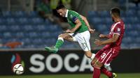 Penyerang Irlandia, Robbie Keane (kiri) mendapat pengawalan dari bek Gibraltar, Josep Chipolina, pada partai Kualifikasi Euro 2016 Grup D, di Algarve Stadium, Faro, Portugal (4/9/2015). Irlandia terinsipirasi Leicester City untuk tampil mengejutkan di Pra