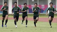 Para pemain Timnas Indonesia U-22, melakukan sprint saat latihan di Stadion Madya Senayan, Jakarta, Selasa (29/1). Latihan ini merupakan persiapan jelang Piala AFF U-22. (Bola.com/Yoppy Renato)