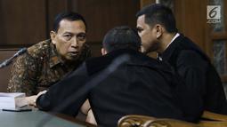 Terdakwa suap dana hibah Kemenpora ke KONI yang juga Sekjen KONI Ending Fuad Hamidy berbicara dengan kuasa hukumnya usai sidang pembacaan tuntutan di Pengadilan Tipikor, Jakarta, Kamis (9/5/2019). JPU KPK menuntut Ending empat tahun penjara, denda Rp 150 juta. (Liputan6.com/Helmi Fithriansyah)