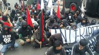 Gerakan Anarko Sindikalis saat peringatan May Day di Surabaya. (Liputan6.com/Dian Kurniawan)