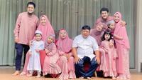 Kenangan Oki Setiana Dewi dan Ria Ricis bersama sang ayah. (Instagram/@okisetianadewi)