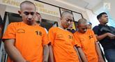 Tiga tersangka kasus pencurian dihadirkan saat rilis pencurian di Mapolres Tangerang Selatan, Senin (22/10). Team Vipers menangkap tiga orang pelaku spesialis pencurian rumah mewah di kawasan Tangsel serta menyita barang bukti. (Merdeka.com/Arie Basuki)