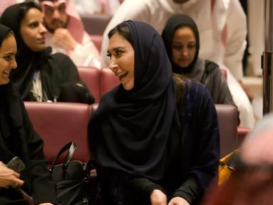 Para pengunjung perempuan bersiap menonton film Black Panther selama acara gala undangan di King Abdullah Financial District Theatre, Riyadh, Arab Saudi (18/4). Setelah pelarangan selama 35 tahun, bioskop kembali beroperasi di Arab Saudi. (AP/Amr Nabil)