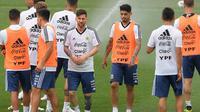 Bintang Argentina, Lionel Messi, tampak rileks saat latihan di Pusat Pelatihan Joan Gamper, Barcelona, Sabtu (2/6/2018). Latihan ini merupakan persiapan jelang Piala Dunia 2018. (AFP/Lluis Gene)
