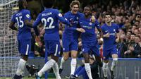 Pemain Chelsea merayakan gol Antonio Rudiger (dua dari kanan) pada laga melawan Stoke City di Stamford Bridge, Sabtu (30/12/2017). (AFP/Ian Kington)
