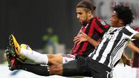Gelandang Juventus, Juan Cuadrado, berebut bola dengan bek AC Milan, Ricardo Rodriguez, pada laga Serie A di Stadion San Siro, Sabtu (28/10/2017). AC Milan Takluk 0-2 dari Juventus. (AP/Matteo Bazzi)