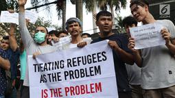Pengungsi dari negara-negara berkonflik melakukan unjuk rasa di depan Kantor UNHCR, Jalan Kebon Sirih, Jakarta, Selasa (30/7/2019). Pengungsi yang rata-rata belum berkeluarga telah tinggal di Indonesia selama 7-10 tahun tanpa kejelasan dari pihak UNHCR. (Liputan6.com/Helmi Fithriansyah)