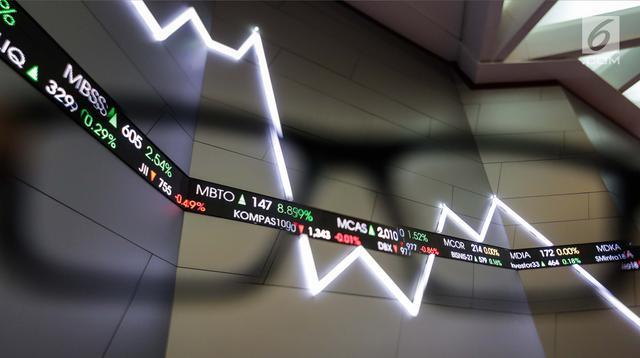 Suasana pergerakan perdagangan saham perdana tahun 2018 di Bursa Efek Indonesia, Jakarta, Selasa (2/1). Perdagangan bursa saham 2018 dibuka pada level 6.366 poin, angka tersebut naik 11 poin. (Liputan6.com/Faizal Fanani)