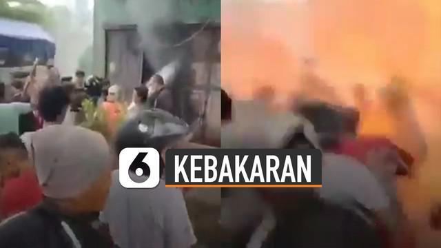 Beredar video sekumpulan warga memaksa merebut alat pemadam dari petugas. Hal tidak diinginkan pun terjadi.