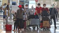 Penerbangan Domestik Kembali Beroperasi: Calon penumpang bersiap lapor diri sebelum terbang di Terminal 3 Bandara Soekarno Hatta, Kamis (7/5/2020). Kementerian Perhubungan hanya mengizinkan penumpang bersyarat dengan wajib menyertakan surat keterangan Negatif COVID-19 (Liputan6.com/Herman Zakharia)