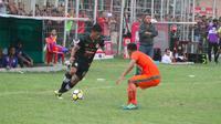 Pemain Semen Padang, Irsyad Maulana (kiri), mencoba melewati pemain Aceh United pada pertandingan yang berlangsung di Stadion Cot Gapu, Sabtu (10/11/2018). (Bola.cm/Arya Sikumbang)