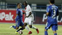 Bek Persib Bandung, Hariono, berusaha menghadang Striker PSM, Djite Jose, pada laga Piala Presiden di Stadion GBLA, Bandung, Jumat(26/1/2018). Skor babak perrtama 0-0. (Bola.com/M Iqbal Ichsan)