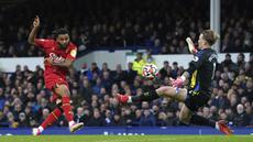 Joshua King yang merupakan mantan pemain Everton tersebut menyumbangkan tiga dari lima gol yang diciptakan oleh Watford. (AP via PA/Martin Rickett)