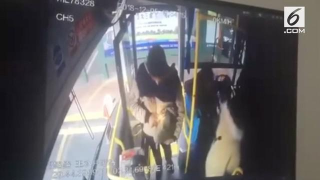 Rekaman seorang penumpang memicu ledakan pada sebuah bus di China. Korban luka berjumlah 17 orang.