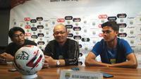 Pelatih Blitar Bandung United, Liestiadi dalam sesi konferensi per di Graha Persib, Jalan Sulanjana, Bandung, Senin (1/7/2019). (Bola.com/Erwin Snaz)