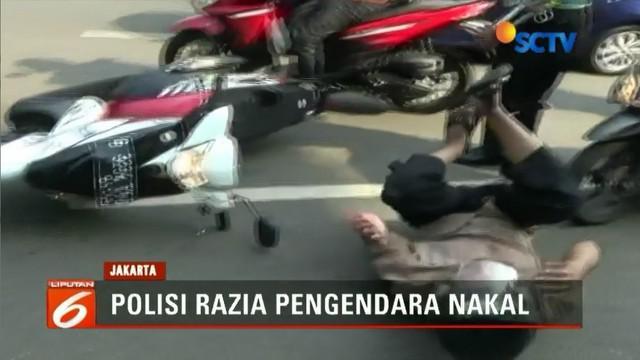Panik karena hendak terjaring razia Operasi Patuh Jaya 2018, seorang pengendara motor jatuh.