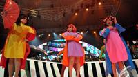 Trio B3 tampil musikal berkostum badut di konser Magenta Orchestra X atau MOX, Jakarta, Jumat (14/11/2014). (Liputan6.com/Panji Diksana)
