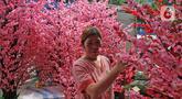 Calon pembeli memilih bunga meihua di kawasan Asemka, Jakarta, Selasa (21/1/2020). Jelang perayaan Tahun Baru Imlek, sejumlah toko di kawasan Asemka mulai menjajakan bunga meihua. (Liputan6.com/Herman Zakharia)