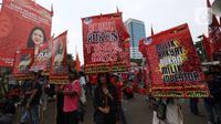Buruh yang tergabung dalam Gerakan Buruh Bersama Rakyat (Gebrak) menggelar demonstrasi di depan Gedung DPR, Jakarta, Senin (13/1/2020). Massa menyuarakan penolakan mereka terhadap Omnibus Law Rancangan Undang-Undang Cipta Lapangan Kerja. (Liputan6.con/Johan Tallo)