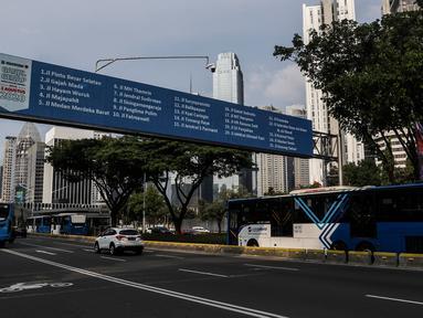 Kendaraan melintas di Jalan Jenderal Sudirman saat hari pertama pemberlakuan kebijakan ganjil-genap kendaraan di Jakarta, Senin (3/8/2020). Pemprov DKI Jakarta kembali memberlakukan kebijakan ganjil-genap bagi kendaraan roda empat pribadi di 25 ruas jalan di Jakarta. (Liputan6.com/Johan Tallo)
