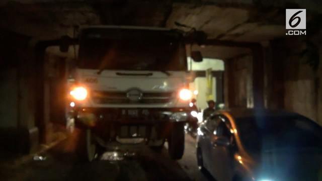 Kejadian ini mengganggu arus lalu lintas. Sopir truk pun mengalami luka-luka akibat benturan di dalam ruang kemudi.