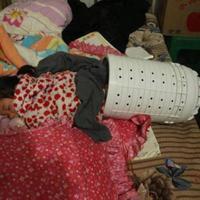 Seorang Anak terjebak di dalam mesin cuci pada saat bermain. Orangtuanya terpaksa panggil pemadam kebakaran buat mengeluarkan bocah tersebut. | via: shanghaiist.com