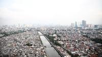 Kepadatan gedung bertingkat dan pemukiman penduduk dilihat dari kawasan Jembatan Besi, Jakarta, 5 Juni 2016. Tingkat kepadatan penduduk yang tinggi memicu berbagai permasalahan, dari tata ruang, kemiskinan hingga kriminalitas. (Liputan6.com/Faizal Fanani)