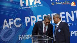 Sesekali Shaikh Salman bin Ibrahim Al Khalifa (Presiden AFC - kiri) terlihat berdiskusi dengan Ketua PSSI Johar Arifin Husin (Liputan6.com/HelmiFithriansyah)