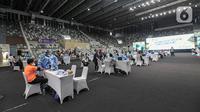 Suasana program vaksinasi COVID-19 kepada para atlet di Istora Senayan, Jakarta, Jumat (26/2/2021). Sebanyak 5.000 atlet diprioritaskan karena mereka dijadwalkan mengikuti beberapa kejuaraan single event maupun multievent dalam waktu dekat. (Liputan6.com/Faizal Fanani)