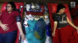 """Kegiatan donor darah ini mengambil tema """"SUMBANGAN DARAHMU - SELAMATKAN 3 NYAWA"""" dilaksanakan secara serentak di 42 Negara dengan 218 kota, Jakarta, Rabu (14/6). (Liputan6.com/Johan Tallo)"""