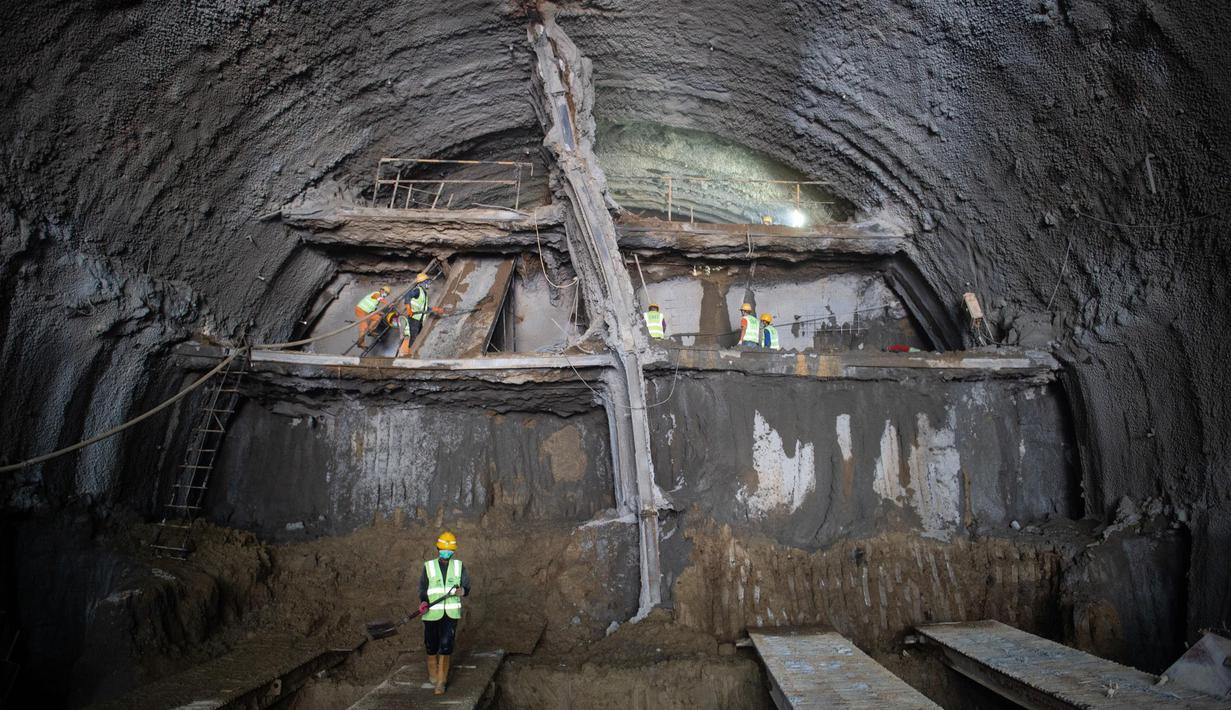 Para pekerja mengebor Terowongan No. 10 dari proyek kereta cepat Jakarta-Bandung, 28 Juni 2020. Jalur kereta cepat ini memiliki total panjang 142,3 kilometer. (Xinhua/Du Yu)