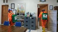 Tagana Banyumas mendisinfeksi gedung dan lingkungan Unsoed Purwokerto untuk mencegah mewabahnya virus Corona atau Covid-19. (Foto: Liputan6.com/Tagana Banyumas/Muhamad Ridlo)