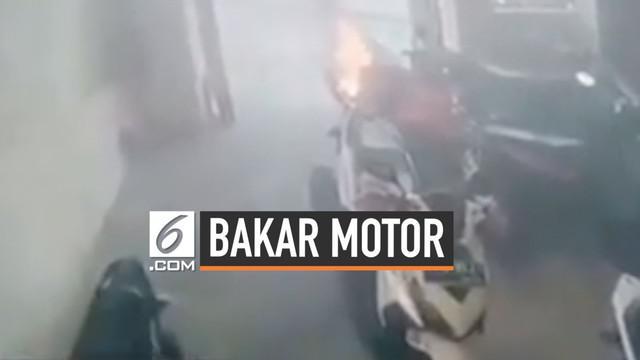 Secara tak sengaja, seorang bocah membakar motor yang terparkir di garasi rumah. Berawal dari bermain korek api, bocah itu membuat motor terbakar hebat.
