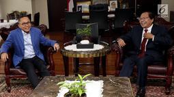 Mantan Menko Kemaritiman, Rizal Ramli menggelar pertemuan dengan Ketua MPR, Zulkifli Hasan di Kompleks Parlemen, Senayan, Jakarta, Kamis (3/5). Zulkifli dan Rizal membahas kondisi politik terkini, termasuk Pilpres 2019. (Liputan6.com/Johan Tallo)