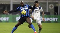 Striker Inter Milan, Romelu Lukaku, berebut bola dengan pemain Atalanta, Cristian Romero, pada laga Liga Italia di Stadion Giuseppe Meazza, Senin (8/3/2021). Inter Milan menang dengan skor 1-0. (AP/Luca Bruno)