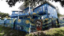 Eksterior rumah milik sepasang suami istri, Nancy Nemhauser dan Lubomir Jastrzebski di Mount Dora, Florida, 18 Juli 2018. Mereka dikenakan hukuman denda sebesar US$10 ribu sekaligus diminta untuk mengganti lukisan mural di rumah tersebut. (AP/John Raoux)