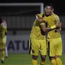 Bek Bhayangkara FC, Jajang Mulyana, memeluk Indra Kahfi usai mengalahkan Persipura pada laga Liga 1 Indonesia di Stadion PTIK, Jakarta, Senin (18/11). Bhayangkara menang 2-0 atas Persipura. (Bola.com/Vitalis Yogi Trisna)