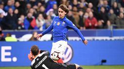 Proses terjadinya gol Antoine Griezmann pada laga kedua Kualifikasi Piala Eropa 2020 Grup H yang berlangsung di Stadion Stade de France, Paris, Selasa (26/3). Perancis menang 4-0 atas Islandia. (AFP/Franck Fife)