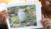 Karopenmas Mabes Polri, Brigjen Dedi Prasetyo menunjukkan gambar barang bukti tabung gas berisi bahan peledak jenis triaceton triperoxide saat rilis di Jakarta, Senin (6/5/2019). Sebelumnya, Densus 88/Anti Teror meringkus tujuh orang kelompok JAD jaringan Lampung. (Liputan6.com/Helmi Fithriansyah)