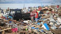 Warga mengais rongsokan sisa-sisa gempa dan tsunami Palu. (Liputan6.com/nanda Perdana P.)