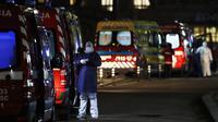 Lebih dari tiga puluh ambulans antre menunggu untuk menyerahkan pasien COVID-19 kepada petugas medis di rumah sakit Santa Maria di Lisbon, Kamis (28/1/2021). Di Portugal, fasilitas kesehatan berada di ambang kehancuran karena sudah kehabisan tempat tidur untuk merawat pasien corona. (AP/Armando Fran