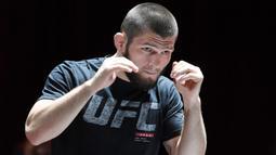 Juara kelas ringan UFC Khabib Nurmagomedov menghadiri latihan terbuka untuk UFC 229 di Las Vegas pada 3 Oktober 2018. Khabib Nurmagomedov mengumumkan pensiun dari dunia seni bela diri campuran (MMA) seusai mengalahkan Justin Gaethje dalam UFC 254, Minggu (25/10/2020). (Ethan Miller/Getty Images/AFP)