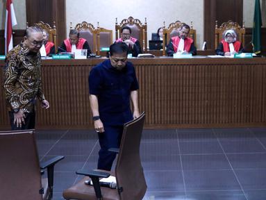 Johanes Budisutrisno Kotjo (kiri) dan Mantan Ketua DPR, Setya Novanto bersiap bersaksi pada sidang lanjutan dugaan suap pembangunan PLTU Riau-1 dengan terdakwa Idrus Marham di Pengadilan Tipikor, Jakarta, Selasa (19/2). (Liputan6.com/Helmi Fithriansyah)